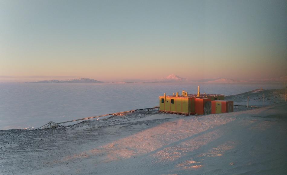 Die Hütte der Trans-Antarktis Expedition (TAE) wurde von einem Team unter Sir Edmund Hillary im Jahr 1957 gebaut. Von hier brach Hillary später zur historischen Expedition zum Südpol auf. Die Hütte wurde jetzt in den ursprünglichen Farben restauriert. (Bild: Tim McPhee)