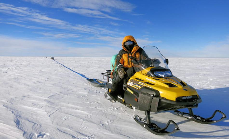 Die Wissenschaftler und Hilfsteams verbrachten 24 Stunden draussen, um den Gletscher zu vermessen. Das Radar wurde hinter Schneemobilen zur Vermessung hinterhergezogen. Bild: Damon Davies