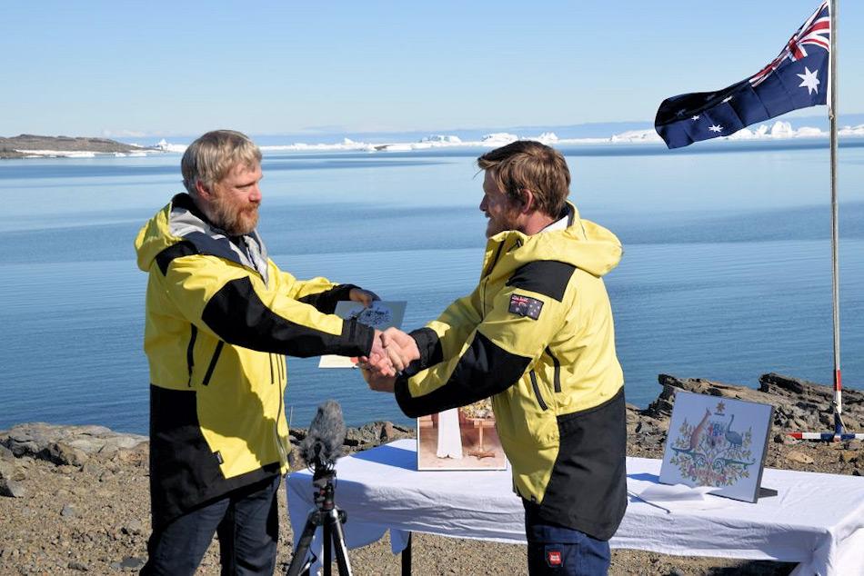 Der Stationsleiter Robb Clifton (rechts) überreicht die Urkunde Terry Barrell bei perfekten Bedingungen. Vorher musste Terry noch den australischen Eid ablegen. Bild: Jason Burgers/Derryn Harvie