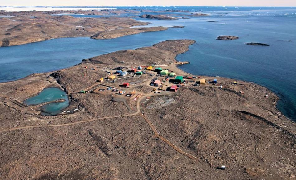 Die australische Antarktis-Station Davis liegt nur wenige Kilometer vom geplanten Flugefeld entfernt und ist die grösste und wichtigste der drei permanent bewohnten australischen Stationen. Von hier aus können die anderen Stationen versorgt werden, was mit der neuen Piste leichter und ganzjährig geschehen soll. Bild: Australian Antarctic Division