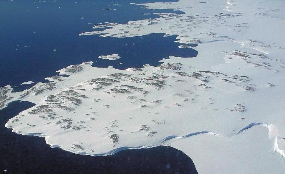 Die Windmill Inseln liegen nördlich der australischen Station Casey in der Ostantarktis. Viele der Bereiche sind eis- und schneefrei und erscheinen auch auf Satellitenaufnahmen grün. Bild: AAD