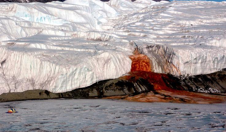 Die Blutfälle liegen im Taylor Valley, einem der Täler der Dry Valleys in der Ostantarktis.