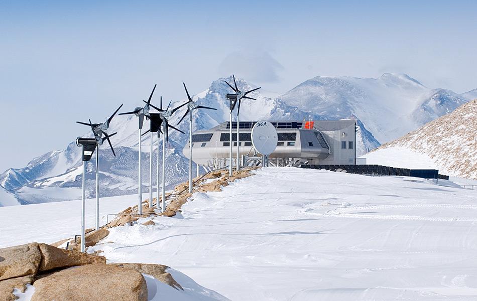 Die belgische Antarktis-Station ist eine der modernsten Stationen und ist eine sogenannte «Null-Emission»-Station mit Windturbinen, Solarpanelen und Satellitenschüssel. Foto: International Polar Foundation, René Robert