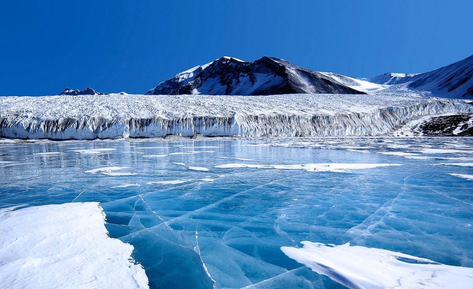 Die blaue Eisschicht auf dem Fryxellsee im Transantarktischen Gebirge besteht aus glazialem Schmelzwasser vom Kanada-Gletscher und anderen kleineren Gletschern. Das Süßwasser bleibt an der Oberfläche des Sees, gefriert und schließt das darunter liegende Salzwasser ein. (Foto: Joe Mastroianni, National Science Foundation, Antarktis Fotoarchiv)