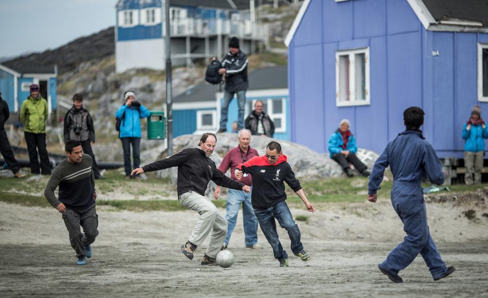 Besucher von ausserhalb Grönlands sind in den Gemeinden häufig Höhepunkte und ein guter Grund, aktiv zu werden. Die neuen Richtlinien sollen die Interaktionen zwischen Besuchern und Einheimischen stärken. Credit: Mads Pihl