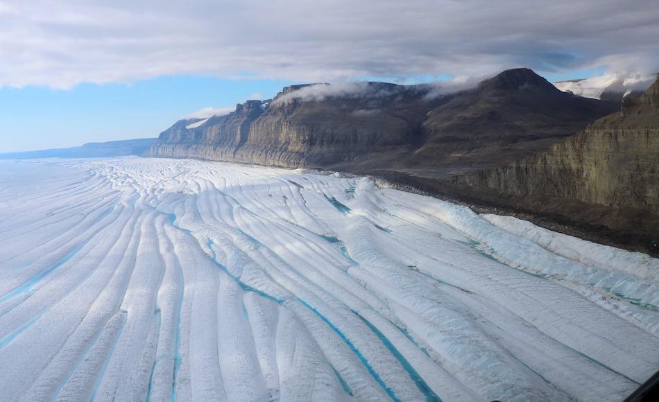 Im hinteren Bereich hängt der Gletscher an den steilen Felswänden, die eine bremsende Wirkung auf die Fliessgeschwindigkeit ausüben. Je weniger Bremswirkung, desto höher die Fliessgeschwindgkeit und desto mehr Eisberge brechen ab. Bild: Andreas Muenchow