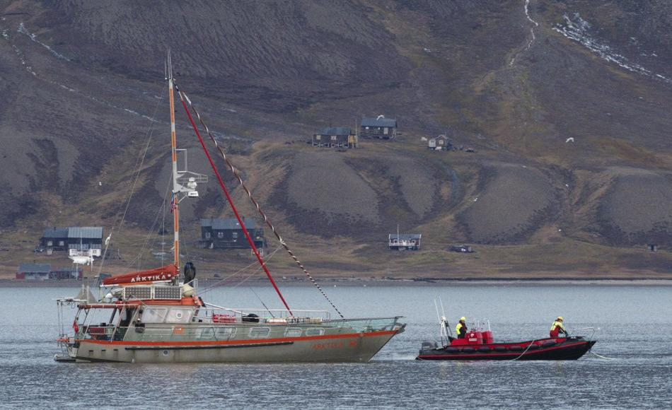 Das französische Expeditionsschiff Arktika im Adventfjord, nach dem Abschleppen durch die Polarsyssel. Bild: Bjørn Franzen