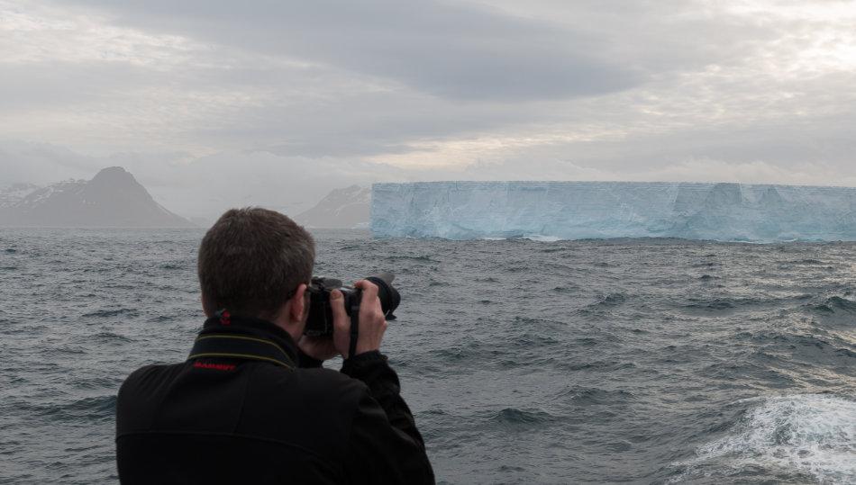 Fotograf vor Eisberg